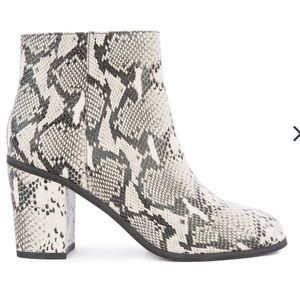 NWT Seychelles Black and White Snakeskin Booties